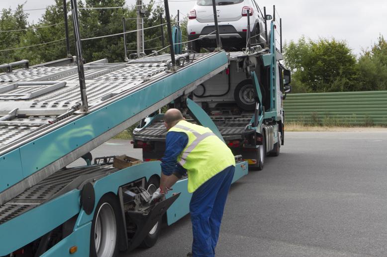 chargement-vehicule-sur-camion-transports-rabouin